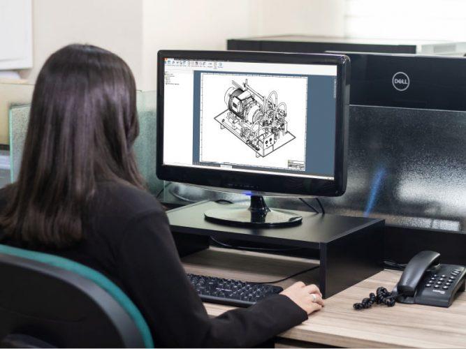 Profissional desenhando no software 3D