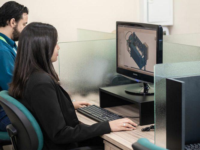 Profissional desenhando 3D no computador